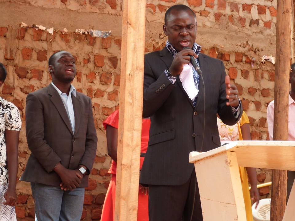 Pastor Bweyinda David, Kivumbi Earnest Benjamin n Queen Esther Nasuna Favor sing at redemeed church