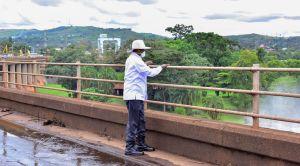museveni-on-the-bridge