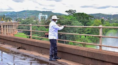 museveni-on-the-bridge